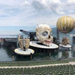 Jeviště na hladině Bodamského jezera se změnilo v šaška Rigolleta. Tohle jsou Bregenzer Festspiele